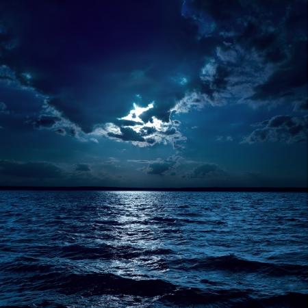 rayo electrico: la luz de la luna sobre el agua se oscurece en la noche Foto de archivo