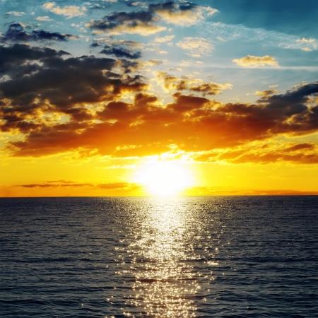 verdunkeln: orange Sonnenuntergang �ber Wasser verdunkeln