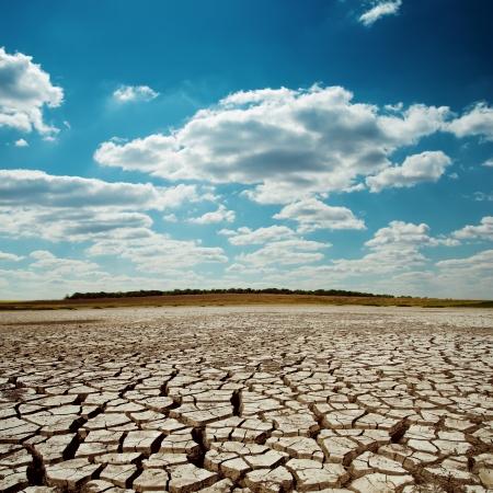 干ばつ地球ドラマチックな空の下で