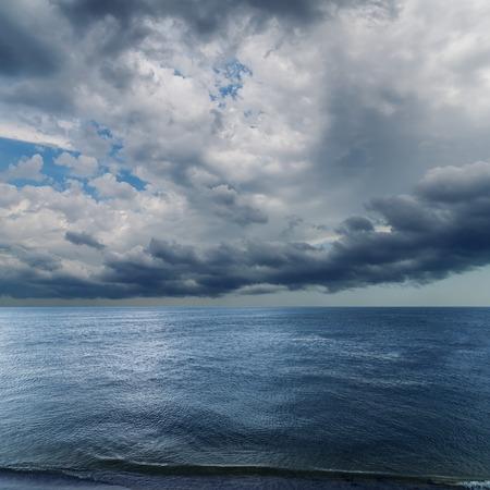 verdunkeln: dramatischen Himmel verdunkeln �ber Meer. regen vor Lizenzfreie Bilder