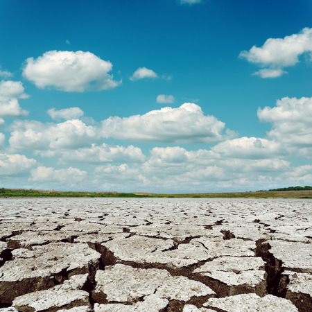 sequias: sequía tierra y el cielo dramático con nubes