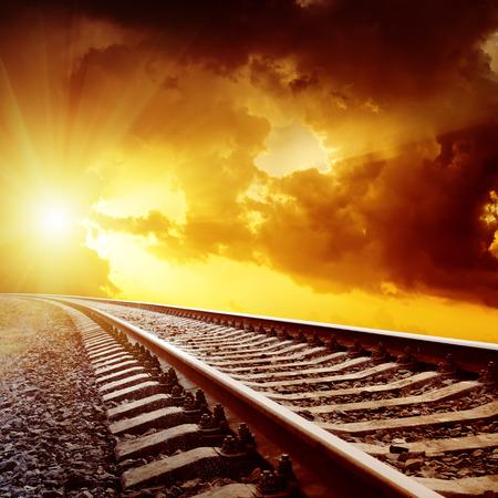鉄道上の暗い雲と夕焼け