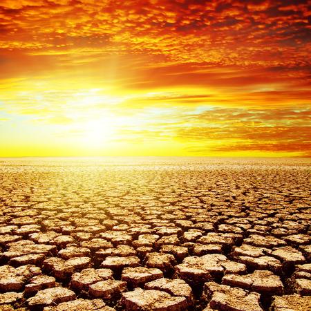 干ばつ地球の赤い夕日