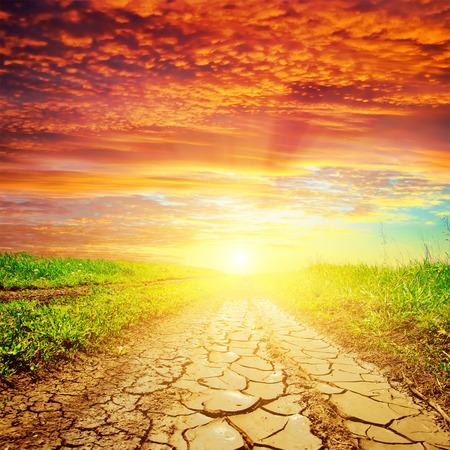 干ばつ道路の赤い夕日
