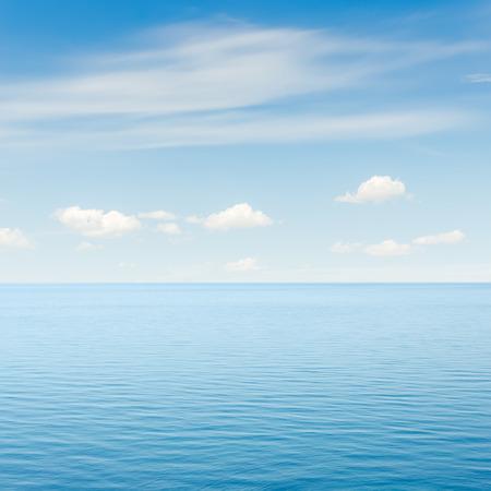 cielo despejado: mar azul y el cielo con nubes sobre �l Foto de archivo