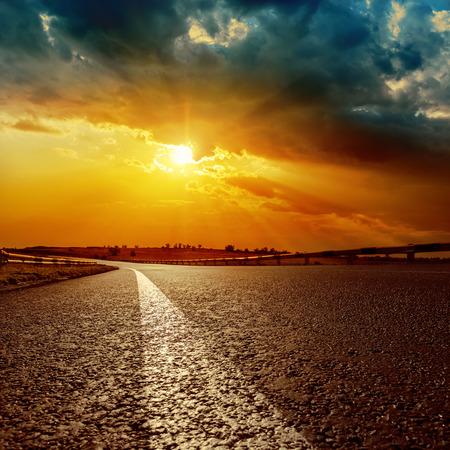 horizonte: espectacular puesta de sol y la l�nea blanca en la carretera de asfalto hasta el horizonte