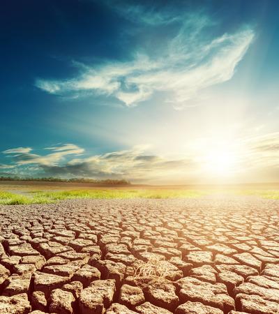sequias: tierra del desierto y el cielo dramático con la puesta del sol
