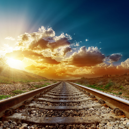 幻想的な夕日の地平線に鉄道