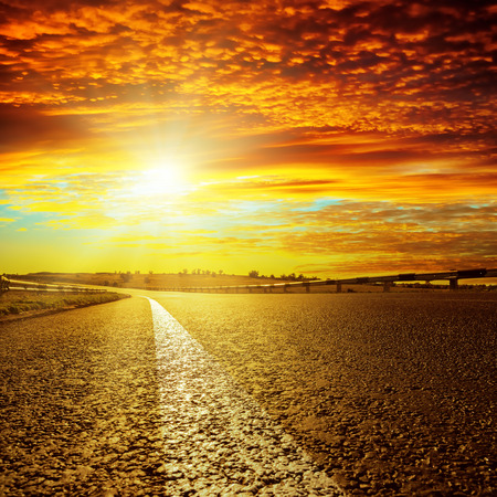 verano: puesta de sol rojo y la carretera de asfalto