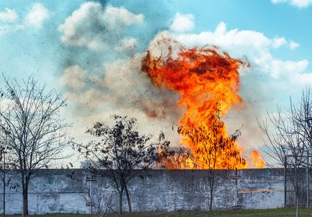 under fire: rojo fuego con humo bajo las nubes