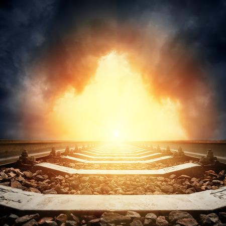 horizonte: Primer plano de ferrocarril a horizonte en la puesta de sol espectacular. buena plantilla para sujetos milagro