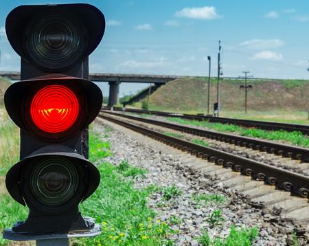 luz roja: Semáforo rojo cerca de ferrocarril. enfoque suave