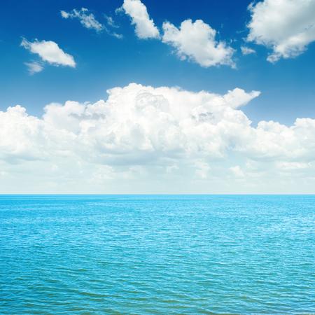 playas tropicales: mar azul y las nubes blancas en el cielo