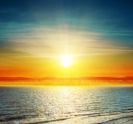 good sunset over darken sea Banque d'images