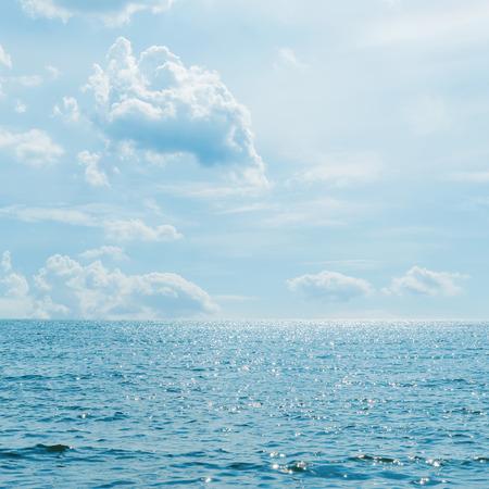파도와 바다 위에 낮은 구름 스톡 콘텐츠