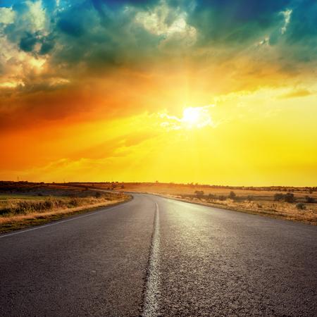 himmel mit wolken: Sonne in den Wolken über Straße Lizenzfreie Bilder
