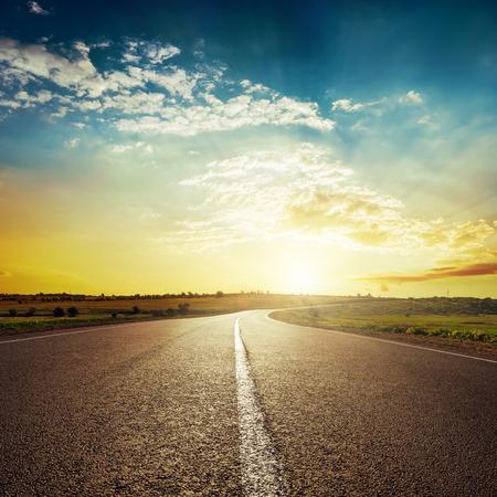 himmel hintergrund: Sonnenuntergang und Asphaltstraße Lizenzfreie Bilder