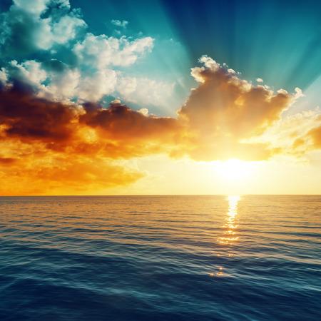 olas de mar: hermosa puesta de sol sobre el mar Foto de archivo
