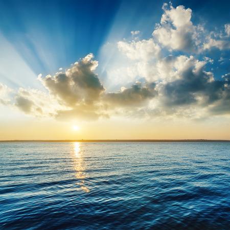 ciel avec nuages: coucher de soleil nuageux sur la rivière sombre