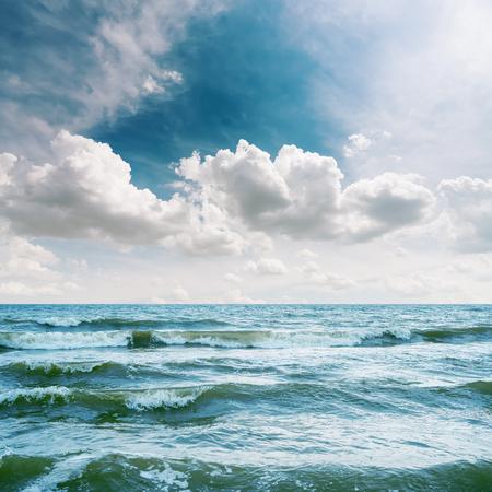 cielo: mar con las olas y el cielo dram�tico sobre �l
