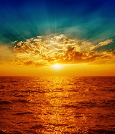 cielo y mar: puesta de sol rojo sobre el mar en las nubes