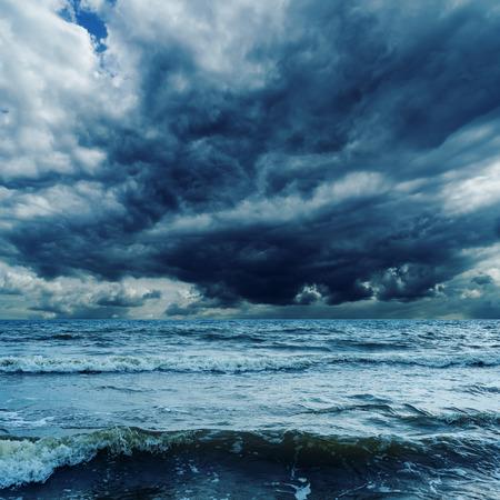 olas de mar: cielo de tormenta sobre el mar oscuro con olas Foto de archivo