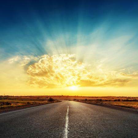 horizonte: puesta de sol brillante y el camino hacia el horizonte
