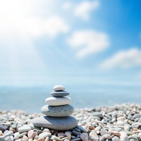 Zenachtige stenen op het strand onder de zon. Zachte focus Stockfoto