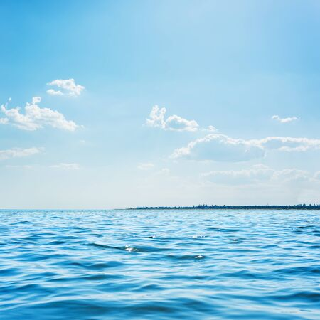 mare blu e nuvole basse nel cielo sopra di esso