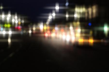 夜市の道路の交通ライト。