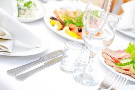 レストランでお召し上がりいただけます夕食のテーブルです。 写真素材