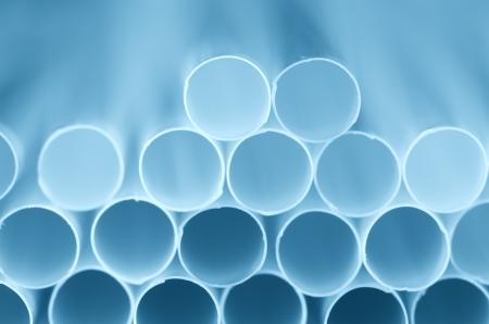 drinking straw: Bere closeup paglia. Tonalit� di colore blu.