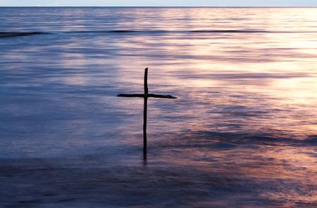 bautismo: símbolo del Bautismo, una cruz de madera en el río Jordán