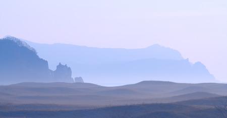 lejano oriente: mágico paisaje de montaña de niebla en el Lejano Oriente de Rusia