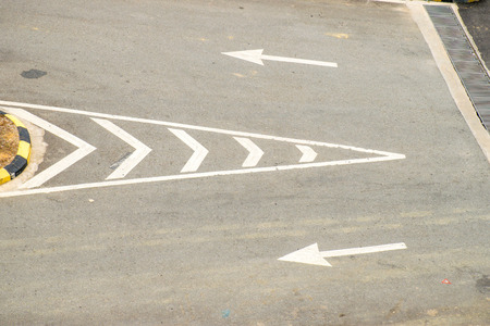 cruce de caminos: Textura del camino con el de dos encrucijada flecha