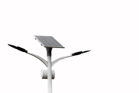 Réverbère à énergie solaire isoler sur fond blanc avec chemin de détourage