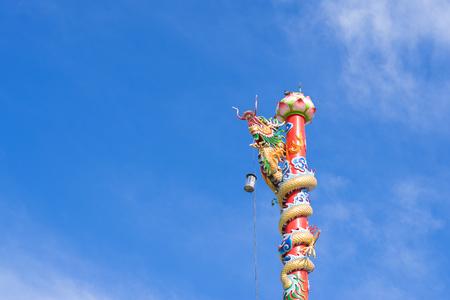 Chinese Dragon post in blue sky 版權商用圖片