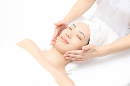 oriental massage: Young Asian woman to face massage