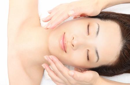 마사지에 직면 젊은 아시아 여자