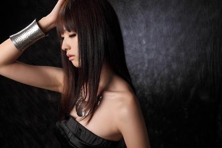 Junge asiatische Modell schwarzem Hintergrund