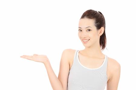 手を繋いでいる若いアジア女性