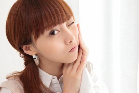 Junge asiatische Frau mit Zahnschmerzen Lizenzfreie Bilder