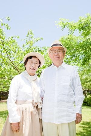 Das alte Paar l�chelnd asiatischen Park Lizenzfreie Bilder