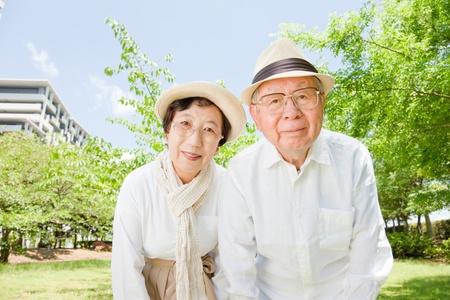 아시아 공원 웃는 늙은 부부 스톡 콘텐츠