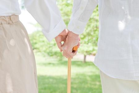지팡이를 그립 노인 부부
