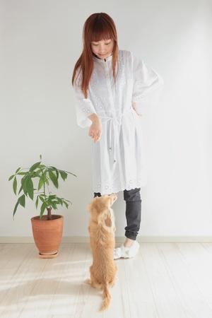 mujer perro: Joven mujer asiática jugando con perro salchicha