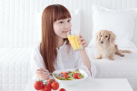 야채를 먹고 아름 다운 젊은 아시아 여자