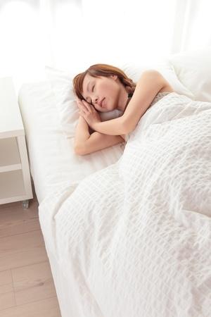 Sch�ne junge asiatische Frau schlafend auf dem Bett Lizenzfreie Bilder
