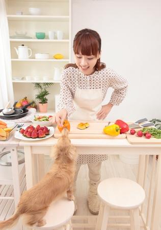 alimentacion equilibrada: Hermosa joven mujer asi�tica se est� preparando para hacer una ensalada en la cocina. Foto de archivo