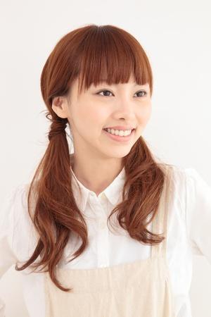 pelo castaño claro: Joven y bella mujer asiática con un delantal Foto de archivo